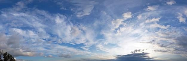 夕方の薄明の空のパノラマ。セブンショット合成画像。