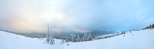 해명 그룹과 산 능선과 저녁 황혼의 겨울 진정 산 파노라마