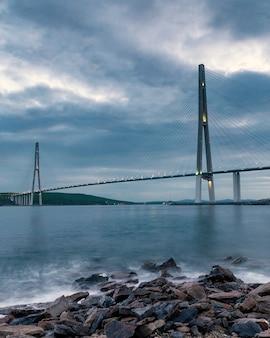 Вечерний вид длинного вантового моста во владивостоке, россия