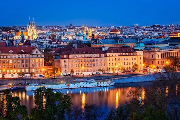 レトナ公園からプラハとヴルタヴァ川の夕景。プラハ、チェコ共和国