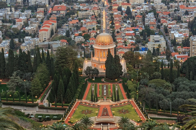 Вечерний вид на сад бахаи и хайфу, израиль.