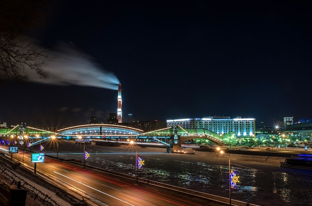 Вечерний вид на краснопресненскую набережную москвы-реки.