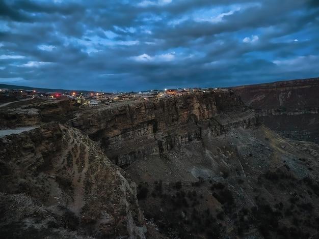 ダゲスタン共和国のフンザフの山間の村の夜景。岩の上の街。ロシア。