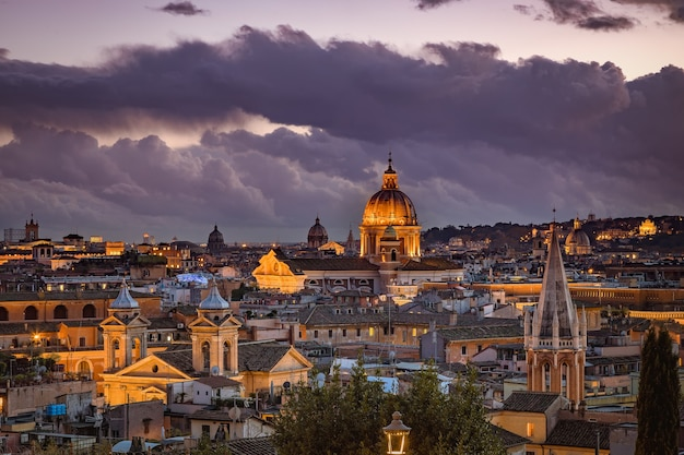 Вечерний вид на римские крыши из общественного парка пинчиан хилл, сады вилла боргезе, рим, италия