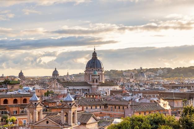 공공 공원 pincian 언덕 로마 이탈리아에서 로마 지붕의 저녁 보기