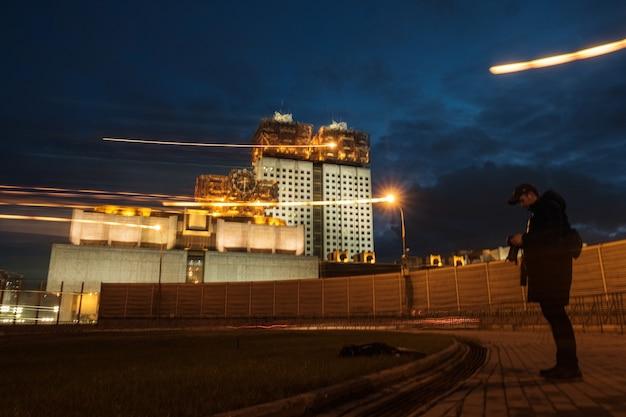 Вечерний вид на российскую академию наук с третьего транспортного кольца