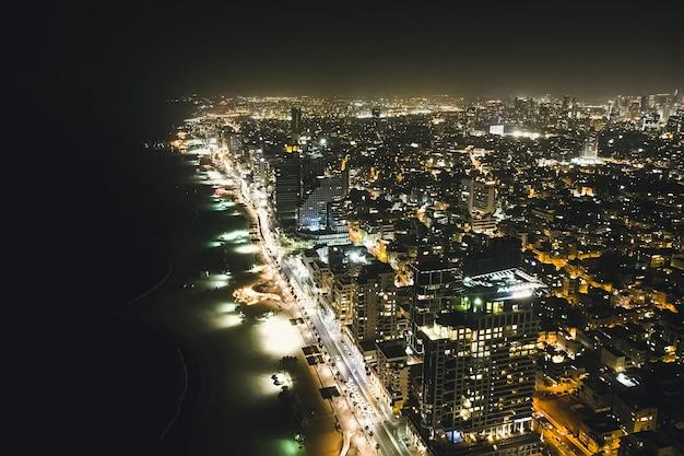 지중해에서 텔아비브의 고층 빌딩의 저녁 전망. 현대 대도시의 지붕의 탁 트인 전망.