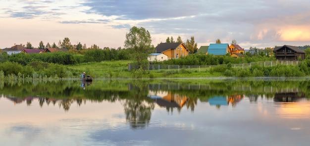 ヤコチ川のほとりにある村の夕景