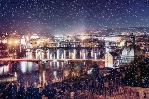 Вечерний вид на реку влтаву и мосты в праге