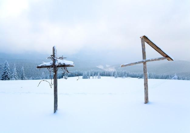 Вечерний зимний спокойный горный пейзаж с деревянным крестом впереди (гора куколь, карпаты, украина)