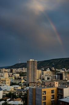 Вечер с радугой над центром тбилиси