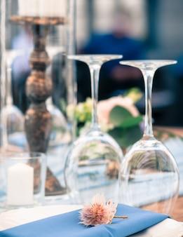 행사 표 환경 안경 꽃들 양초 하얀 접시 푸른 냅킨 옥외 여름 시간