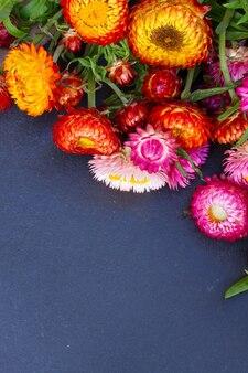 검은 돌 복사 공간에 영원한 꽃