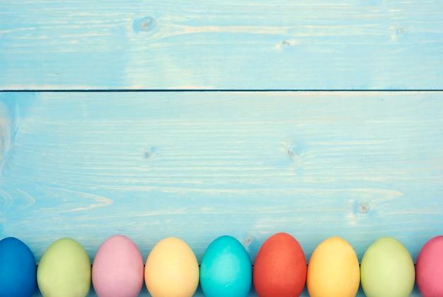 Ogni uovo di pasqua in un colore diverso