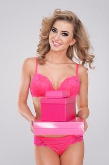 모든 여성은 달콤한 분홍색 선물을 좋아합니다.