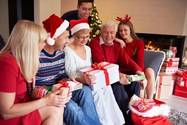 みんな彼のプレゼントを待っています