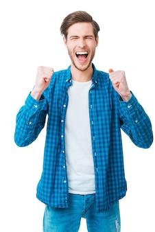 毎日の勝者。腕を上げて前向きな気持ちを表現する元気な青年
