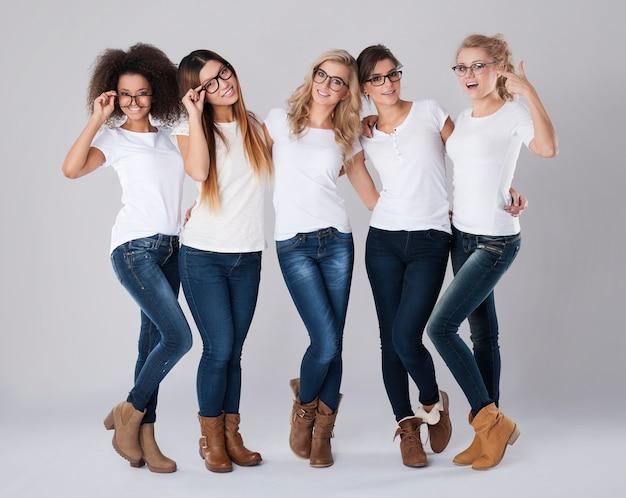 誰もが自分に合ったメガネのフレームを見つけることができます