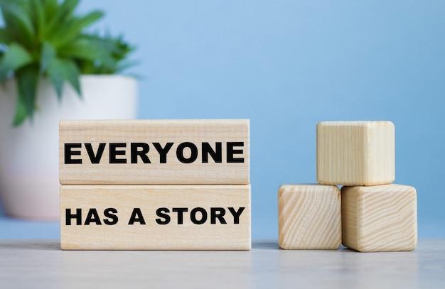 У каждого есть сказочное слово на деревянных кубиках на белом столе.
