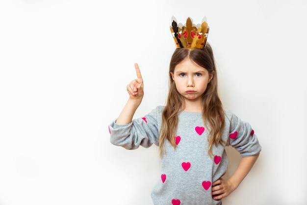白の王冠を持つ邪悪な子供の女の子