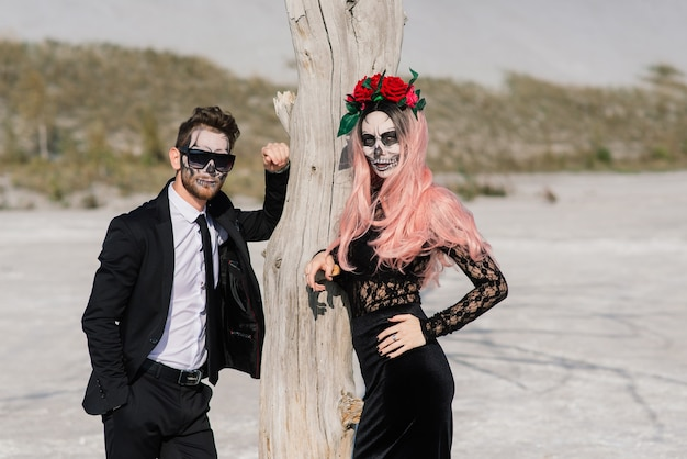 死んだアンデッドカップルのポーズの邪悪な日、ハロウィーンのメイクアップ