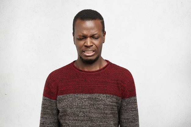 えww。うんざりしたり軽蔑されたりしたアフリカ系アメリカ人の若者の顔写真