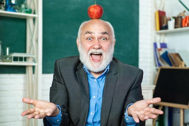 Экзамен в колледже. бородатый профессор на школьном уроке за партами в классе.