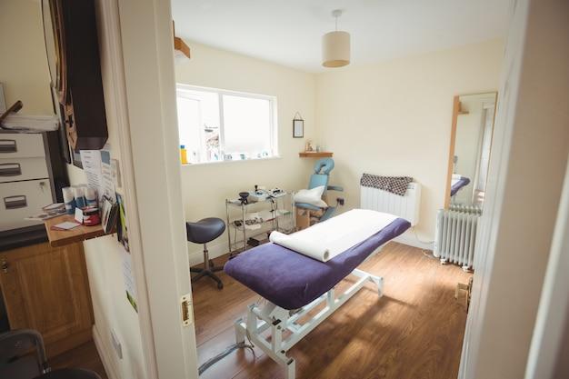 Кровать для осмотра в клинике сухого игл