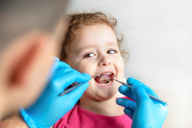 検査、治療歯の子供たち。器具による健康診断口腔。歯の手入れ