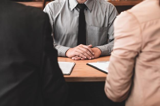 사무실 비즈니스 및 인적 자원 개념에서 면접 중에 이력서를 읽는 심사관.