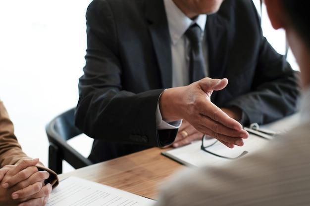 사무실 비즈니스 및 인적 자원 개념에서 면접 중 이력서를 읽는 심사관.