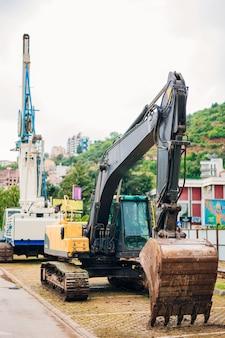 Экскаватор на строительной площадке. строительство дома в черногории, будва.