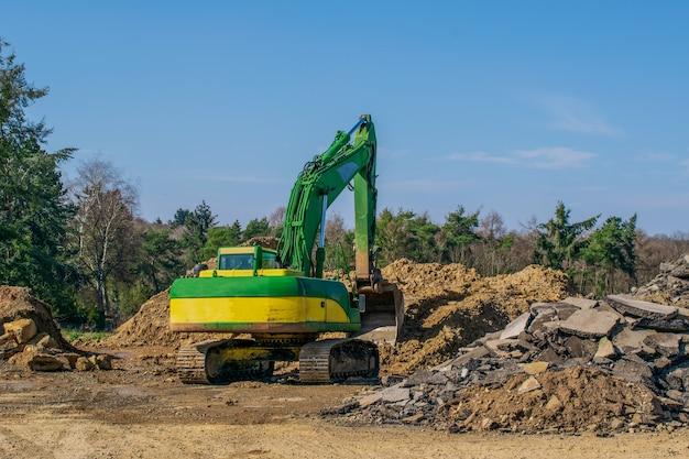 作業現場の掘削機作業中の掘削機採石場での作業中の掘削機