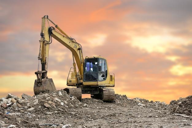 空の掘削機の車。粘土採掘現場のコンセプトについて。クリッピングパス付き