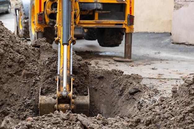 掘削機が溝を掘る