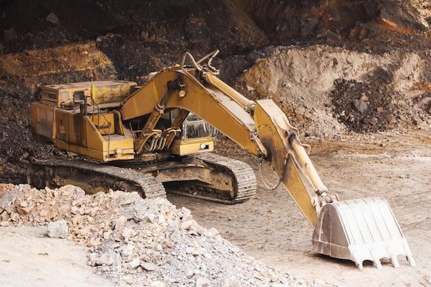 Экскаватор стоит в шахте