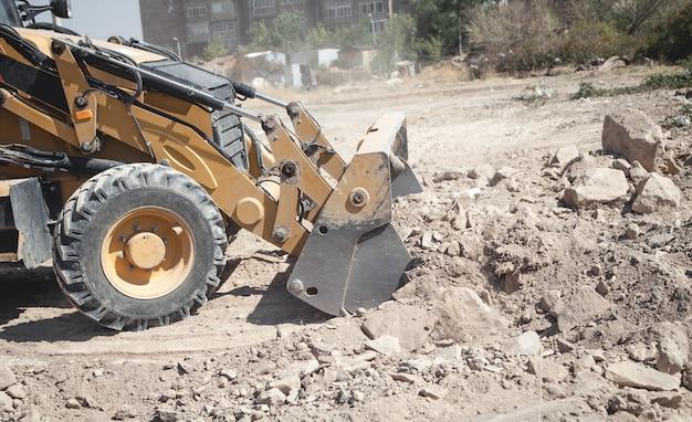 Экскаватор работает на строительной площадке.