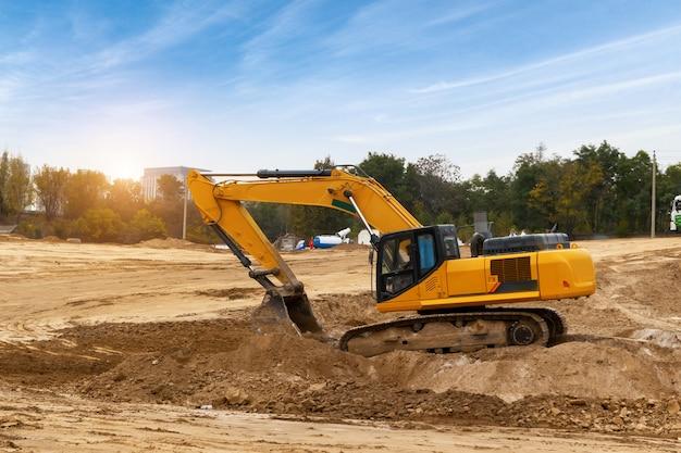 굴착기는 건설 현장에서 흙을 발굴합니다.