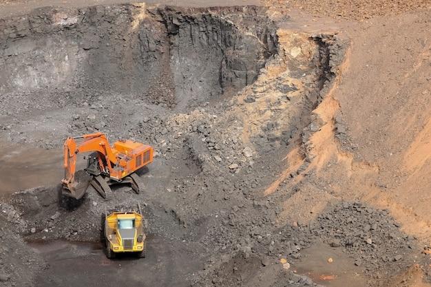 남아프리카 공화국의 망간 광산에서 작업 중인 굴착기