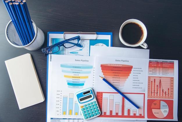 Excel статистика электронной таблицы бизнес-отчет с графиком и диаграммой на столе
