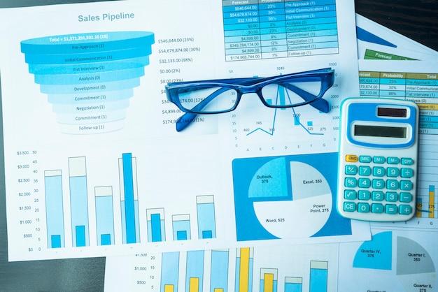 情報金融スタートアップのコンセプトを示すスプレッドシートドキュメントのexcelグラフ。