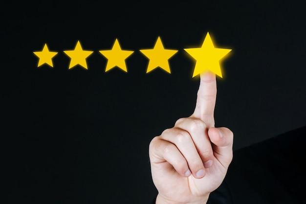 Отлично. 5 звезд. бизнес-клиент рука нажимает кнопку с пятью звездами на визуальном экране, чтобы просмотреть хороший рейтинг на темном фоне, хороший опыт, позитивное мышление, концепция обратной связи с клиентами