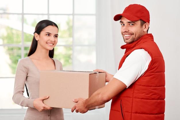 우수한 고객 서비스는 소포를 받는 모든 회사의 젊은 여성의 첫 번째 직업입니다.