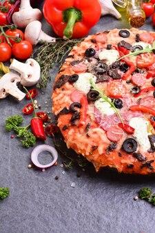 チーズとトマト、オリーブを使った素晴らしいイタリアンピザ
