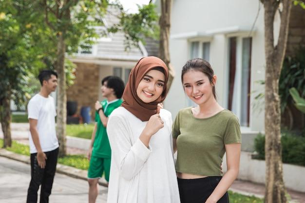 Excersing後のスポーツウェアと2つのアジアの女性