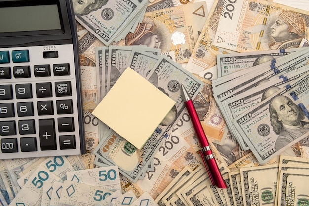 달러와 폴란드 즐 로티 지폐 사이의 환율. 계산기와 펜 및 메모