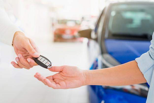 自動車販売店での鍵交換