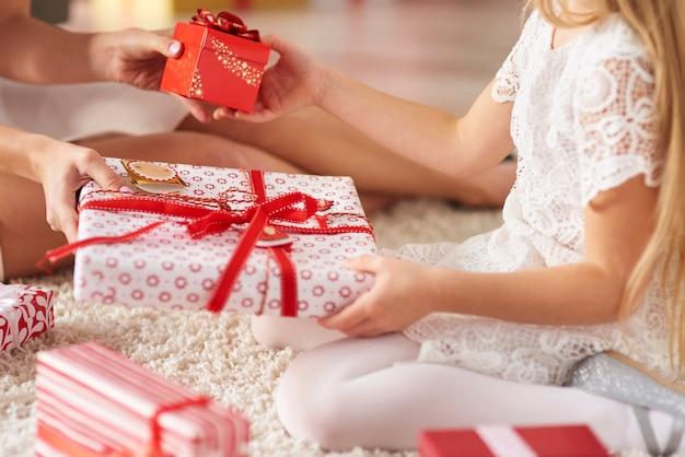 娘と母の間でプレゼントを交換する