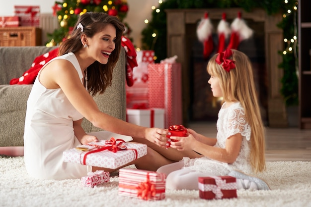 女性と女の子の間でプレゼントを交換する