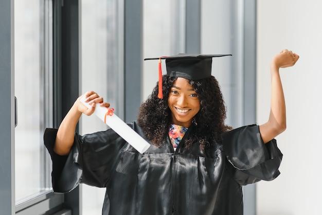 Возбужденная афро-американская женщина на выпускном